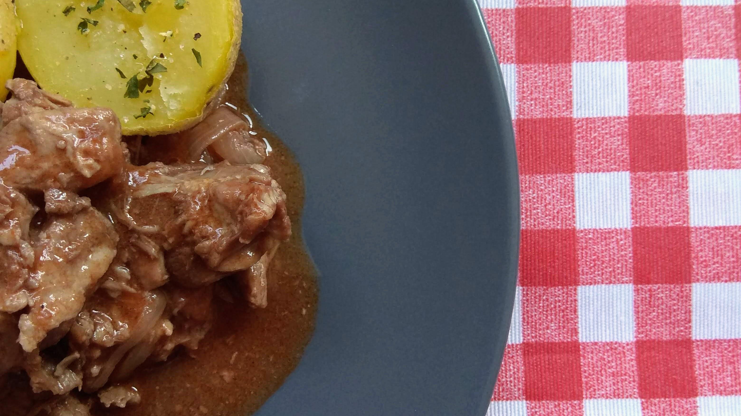 Receta de carne en salsa con patatas asadas. Descúbrela en: www.cocinandoconlola.com