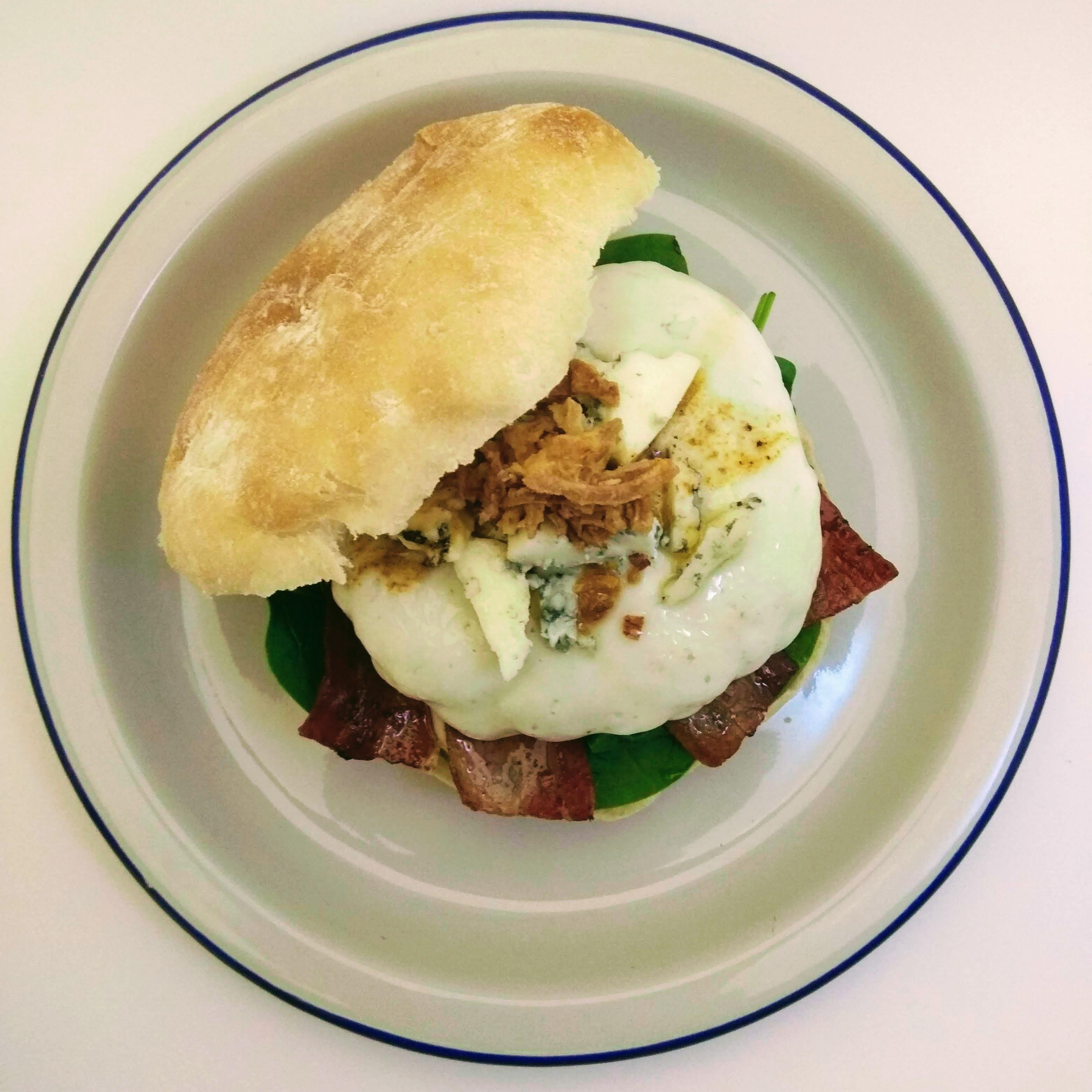 Receta de hamburguesa de ternera con espinacas, bacon y queso. Descúbrela en: www.cocinandoconlola.com