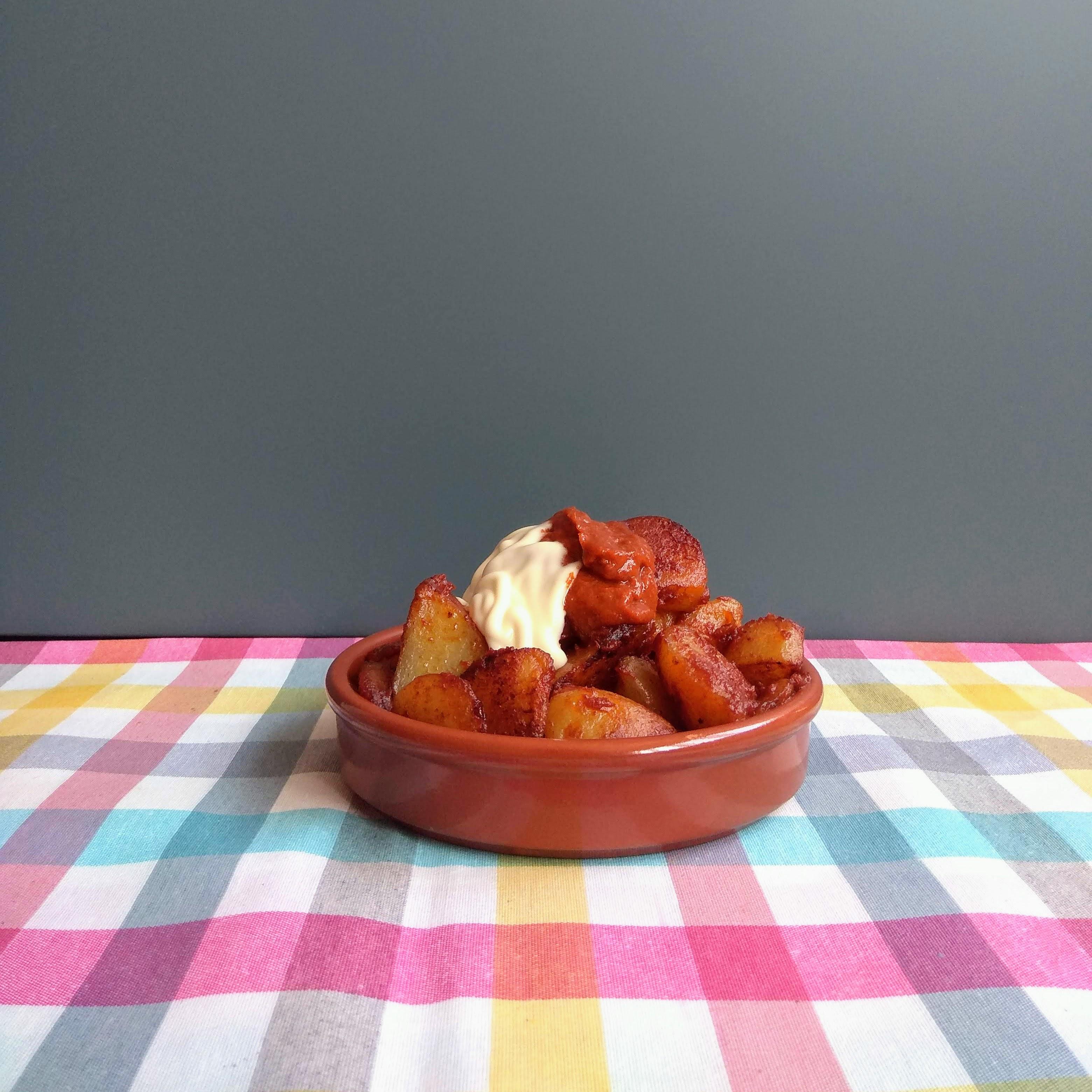 Receta fácil de patatas bravas caseras. Descúbrelas en: www.cocinandoconlola.com