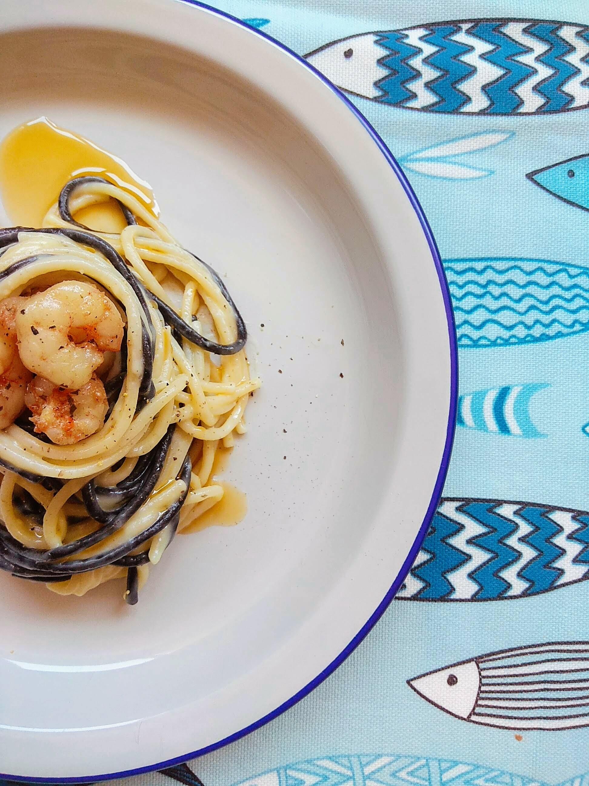 Receta fácil de Espaguetis cremosos con gambas al ajillo. Descúbrela en: www.cocinandoconlola.com