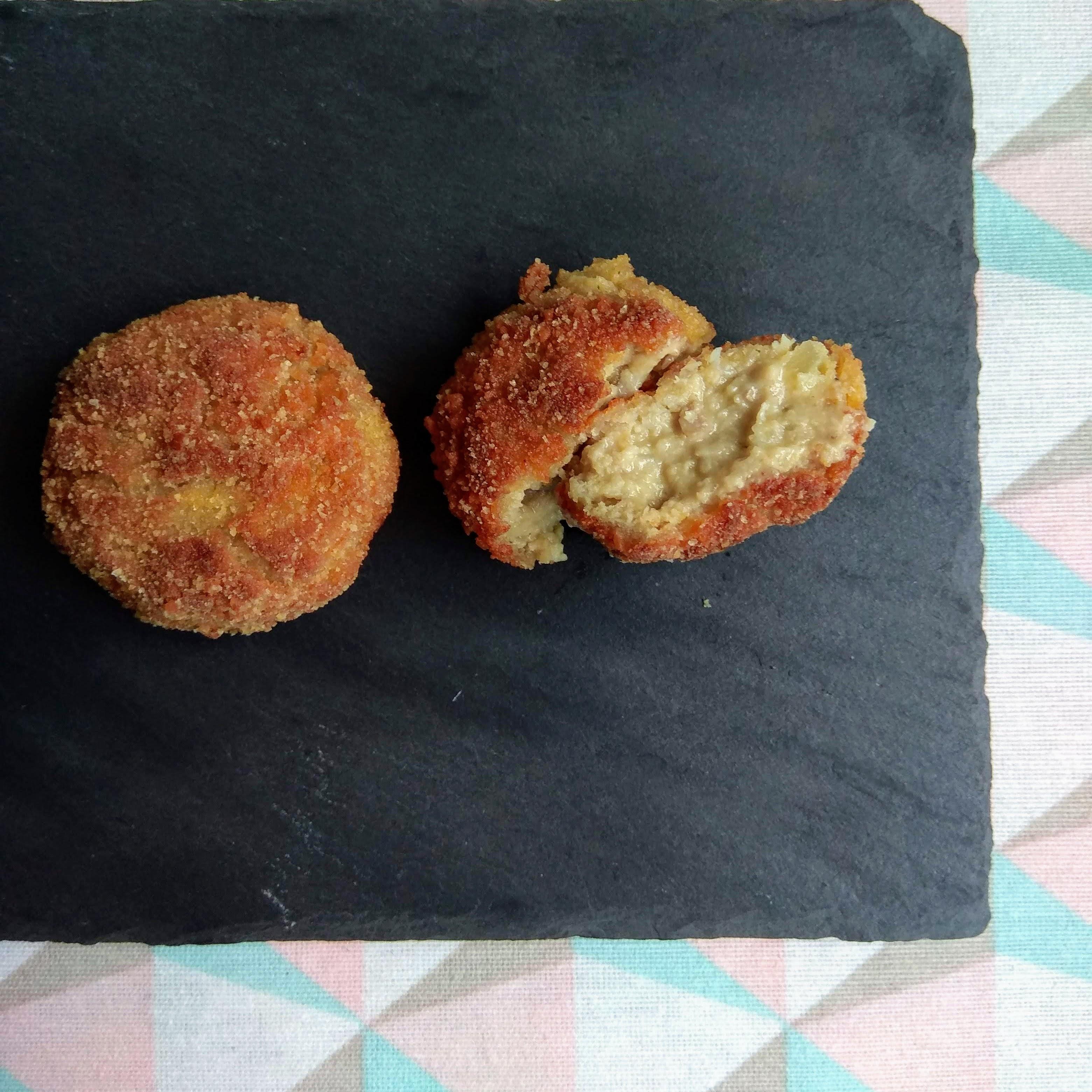 Receta fácil de croquetas de pollo, mostaza y queso. Descúbrela en: www.cocinandoconlola.com