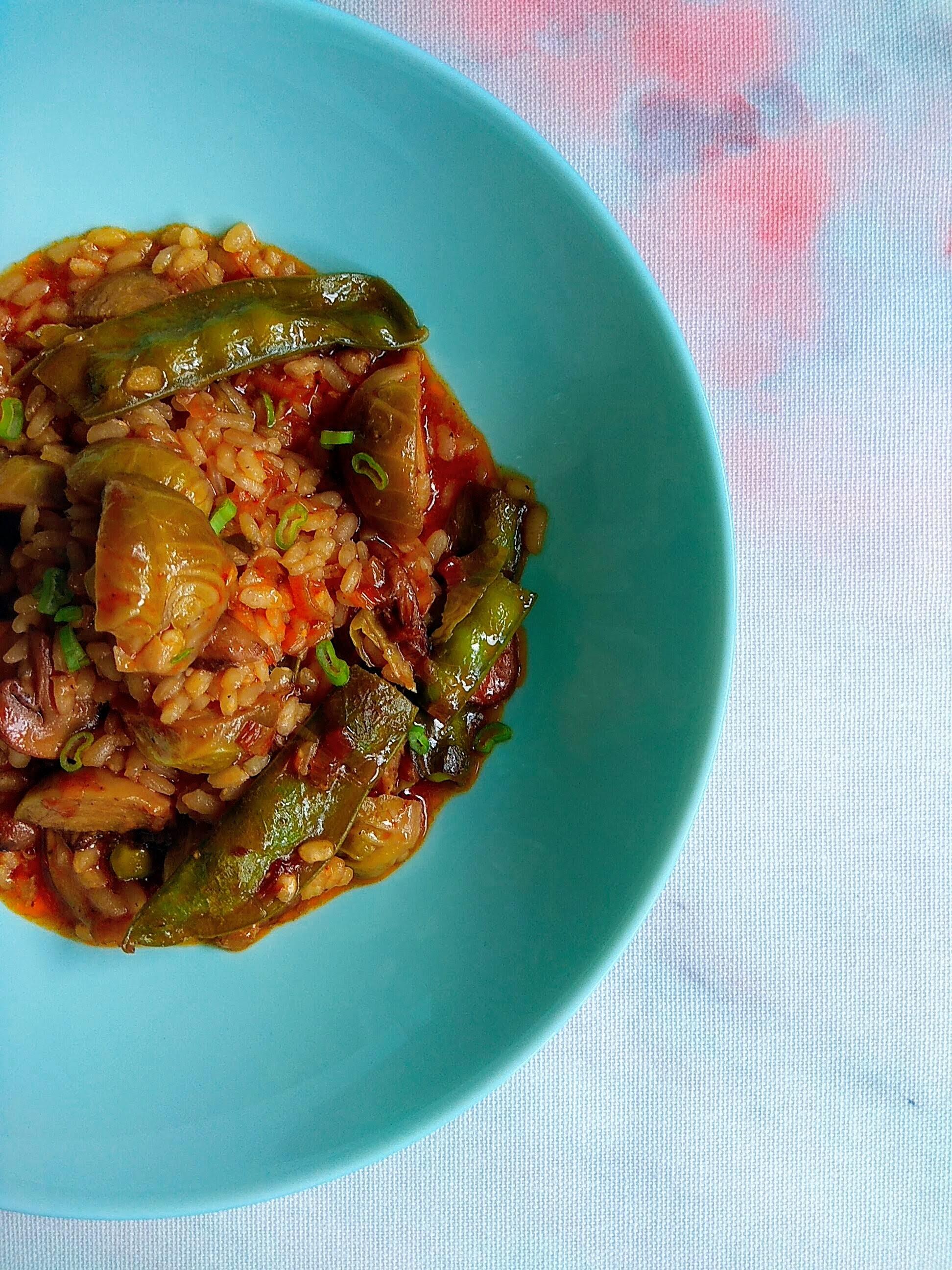 Receta de arroz con coles de bruselas, tirabeques y champiñones. Descúbrela en: www.cocinandoconlola.com