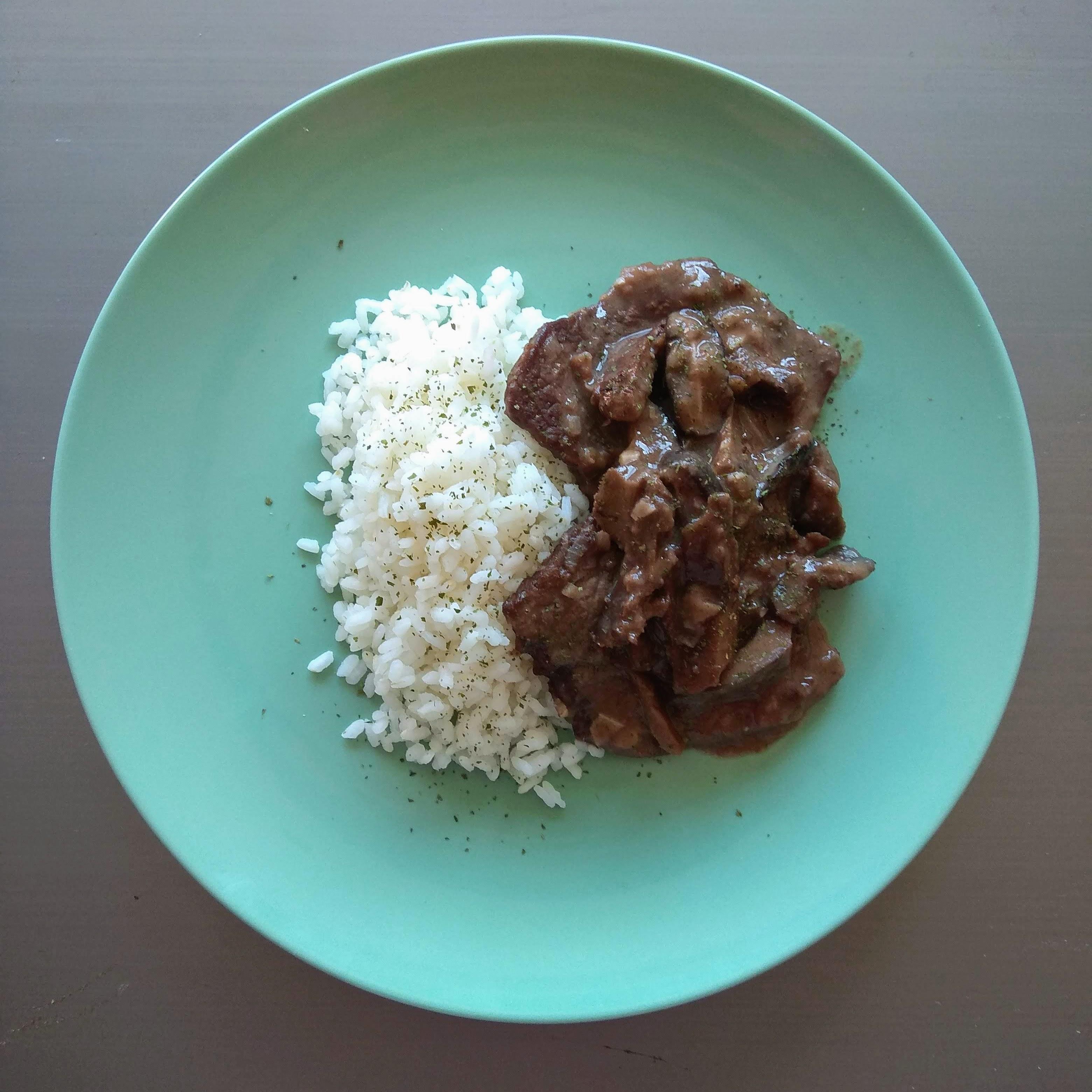 Receta fácil de fricandó de ternera con setas y arroz. Descúbrela en: www.cocinandoconlola.com