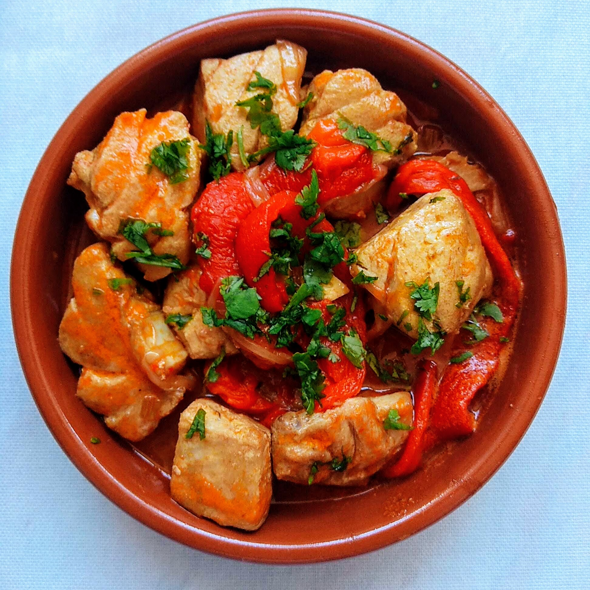 Receta de atún encebollado con pimientos asados. Descúbrela en: www.cocinandoconlola.com