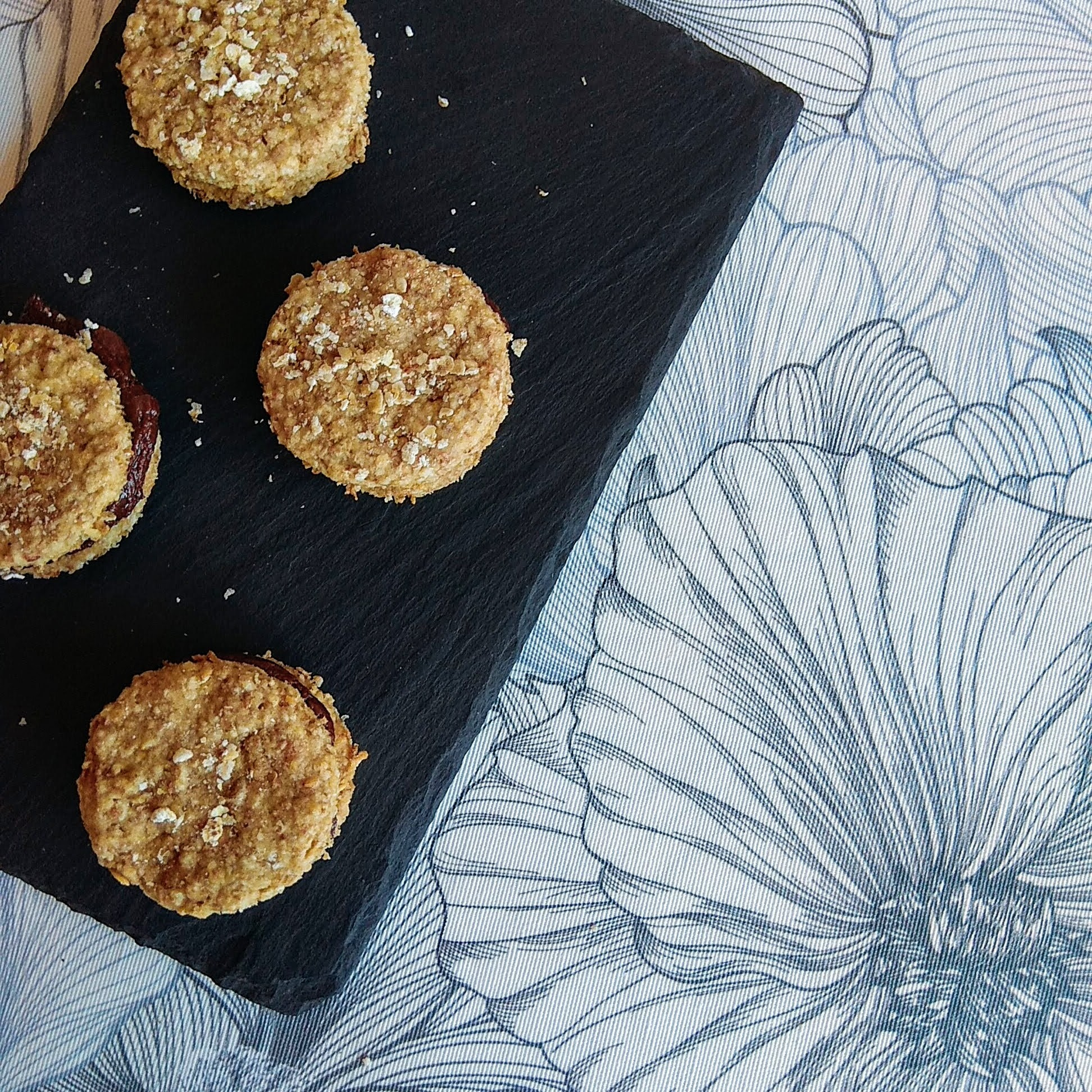 Receta fácil de Galletas de avena saludables rellenas de chocolate. Descúbrela en: www.cocinandoconlola.com