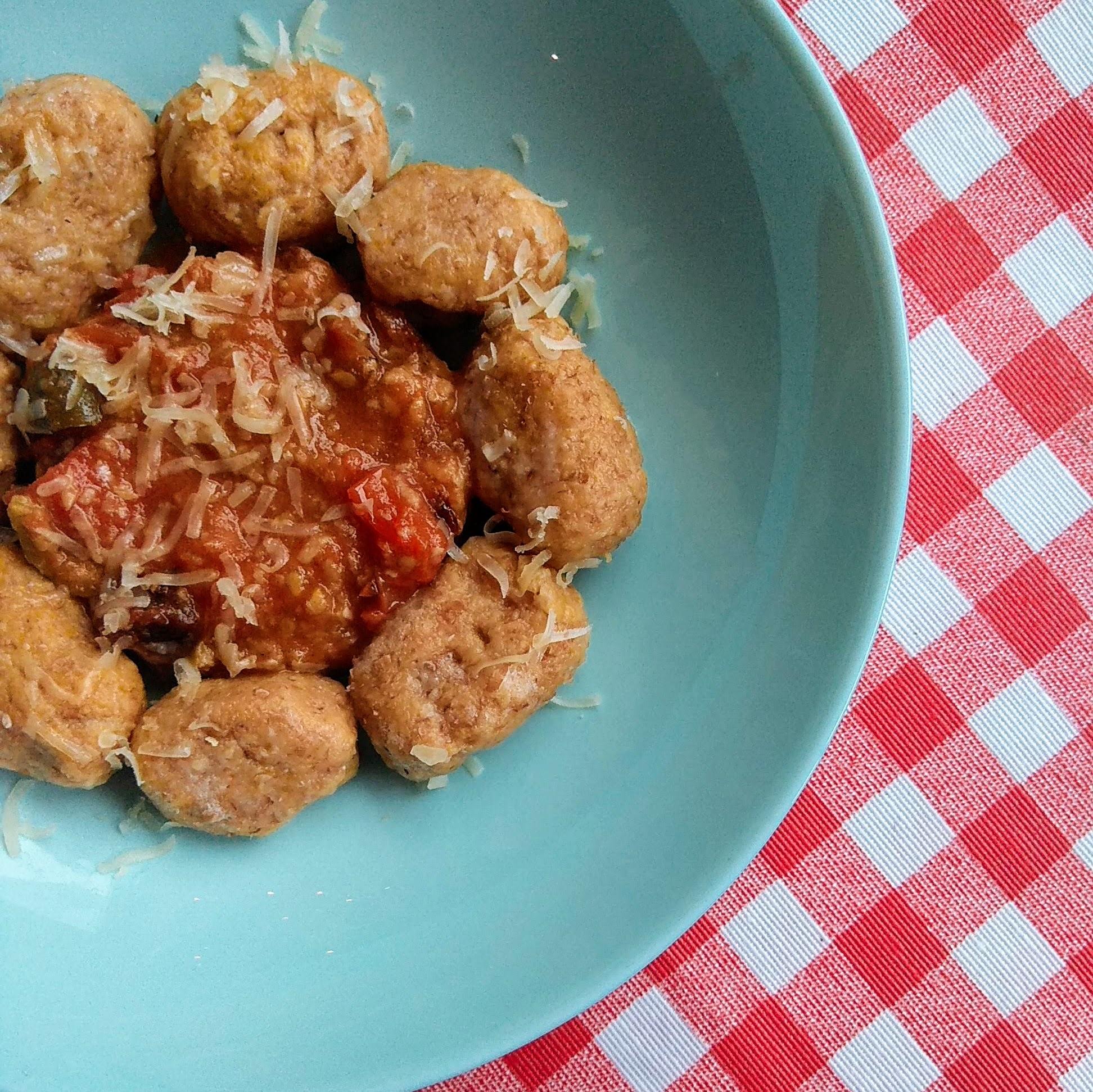 Receta fácil de gnocchis de calabaza integrales con salsa de tomate ligera. Descúbrela en: www.cocinandoconlola.com
