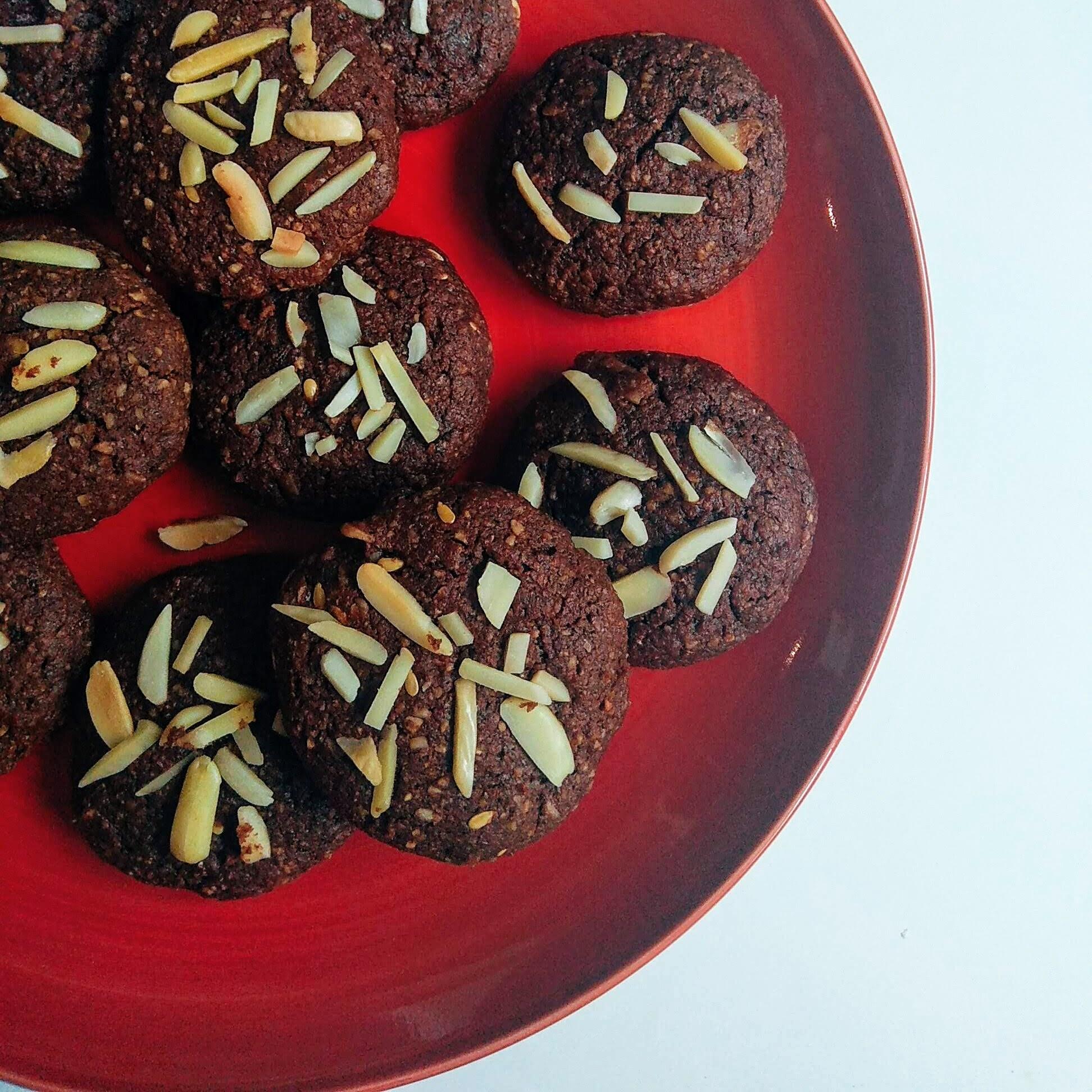 Receta fácil de galletas de almendra y chocolate saludables. Descúbrela en: www.cocinandoconlola.com