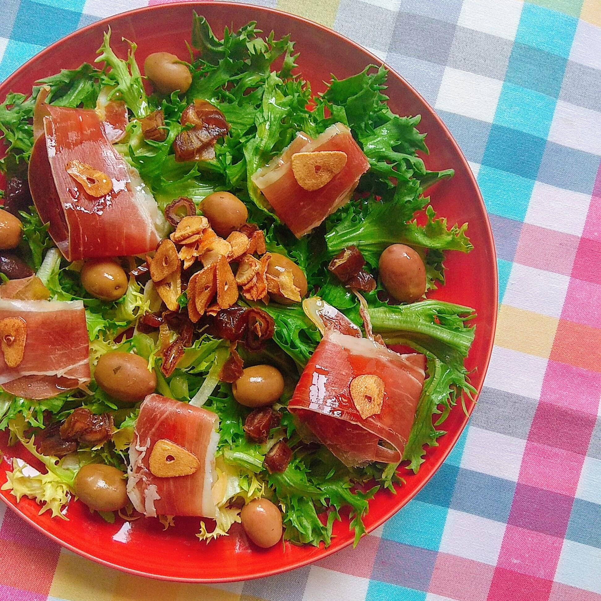 Receta rápida de Ensalada de escarola con ajo y jamón. Descúbrela en: www.cocinandoconlola.com